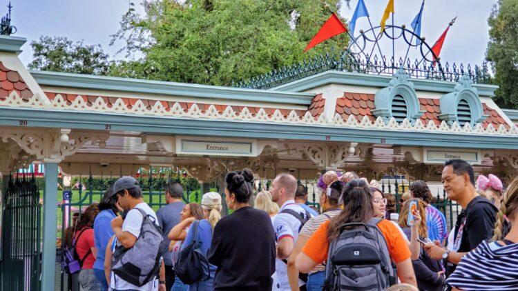 lines to get into Disneyland Park